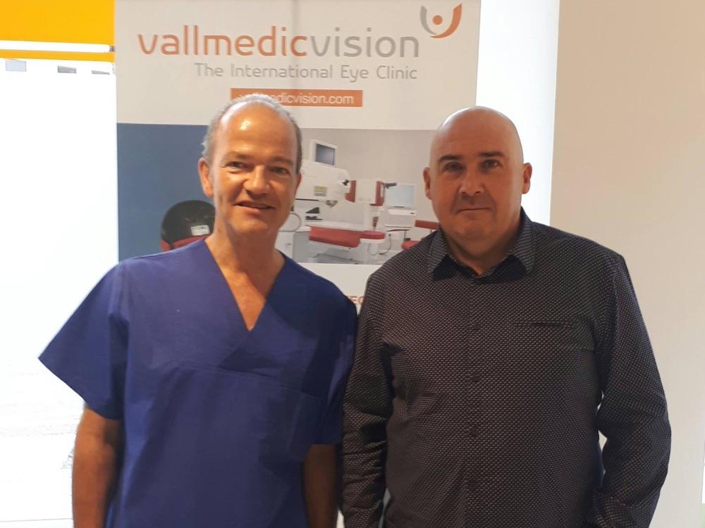 Dr. Ludger Hanneken und sein Patient, dem er seine erste Presbia Flexivue Microlens implantiert hat.