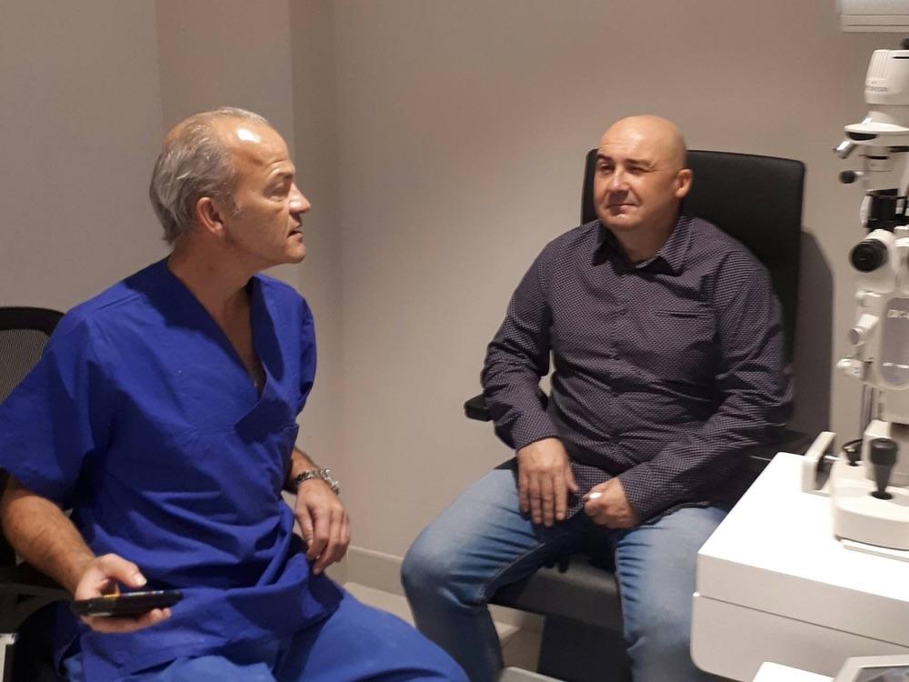 Dr. Ludger Hanneken untersucht seinen Patienten nach der Implantation der Presbia Flexivue Microlens.