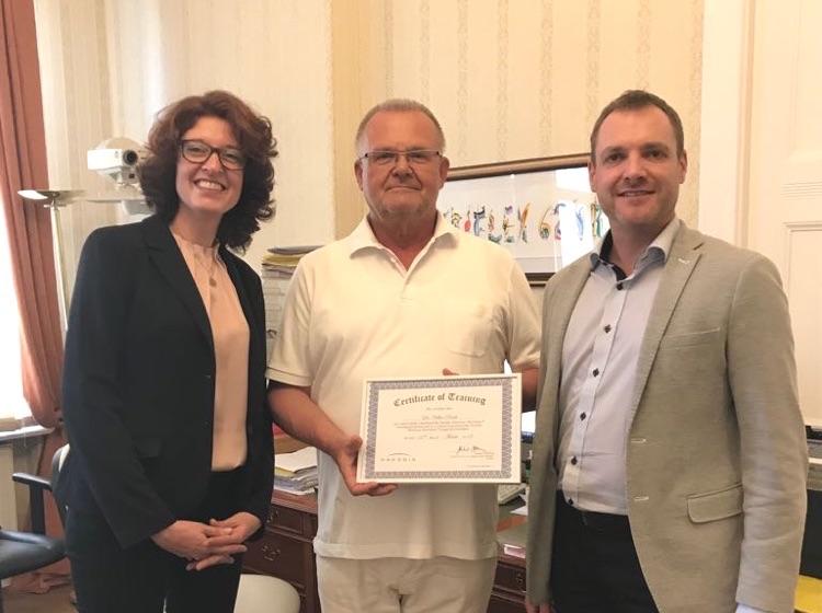Dr. Rasch erhält das Certificate of Training von Presbia.