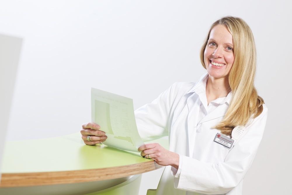 Portraitfoto von Dr. Katrin Boden, Augenärztin aus Sulzbach am Empfang der Augenlaserklinik Saar.