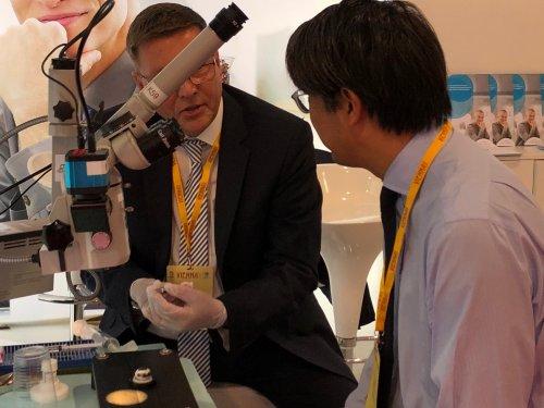 Norbert Hobbing (Presbia) erläutert einem interessierten Augenchirurgen im Wetlab die Implantation der Microlens.