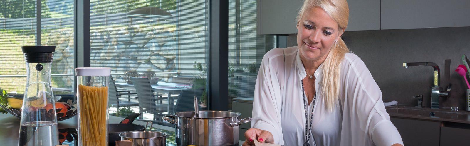 Franka A. in ihrer Küche. Sie ließ sich die Presbia Flexivue Microlens implantieren, um ohne Lesebrille kochen zu können.