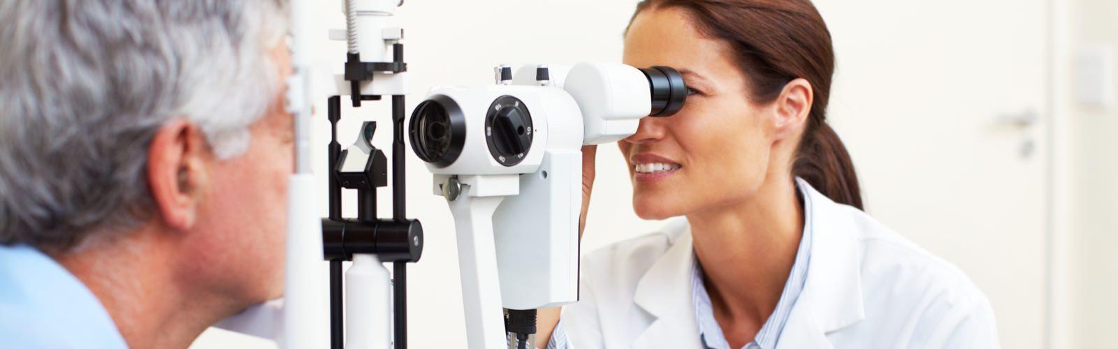 Augenärztin untersucht Patienten.