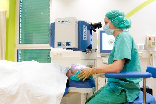 Dr. Katrin Boden bei einer Augenoperation.