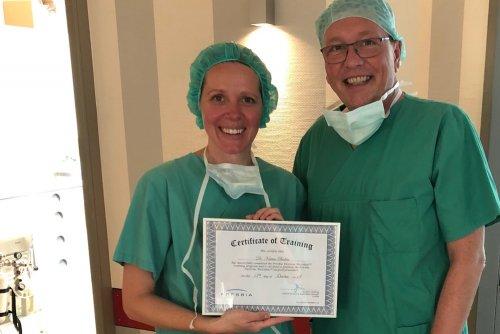 Dr. Katrin Boden neben Norbert Hobbing (Presbia) mit ihrem Trainingszertifikat.