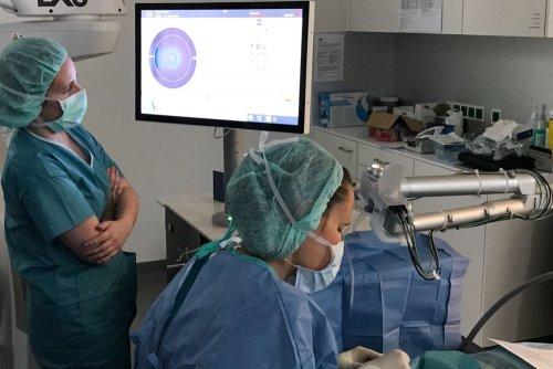 Dr. Sophie Eckert bereitet den Patienten für den Einsatz des Lasers vor.